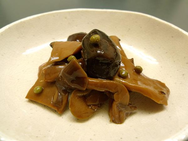 「えりんぎ」「椎茸」「しめじ」の三種類のきのこを山椒の実と一緒に炊き上げてある佃煮